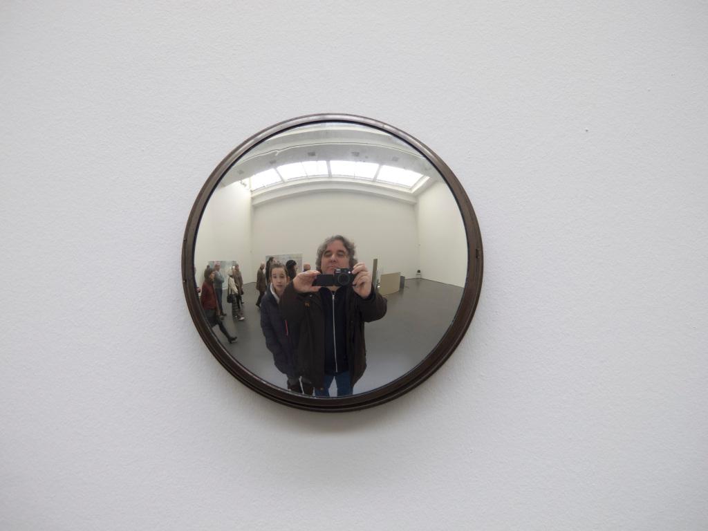 Selbstportrait mit meiner Tochter in einer verspiegelten Uhr