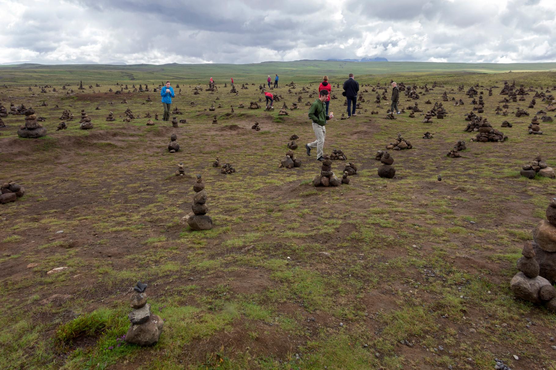 von Touristen gebaute Figürchen an einem Rastplatz