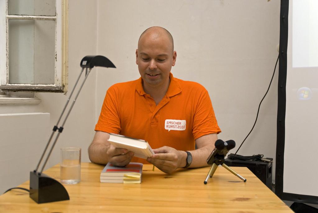 """Florian Neuner mit dem Buch """"Das Schwarze sind die Buchstaben"""""""