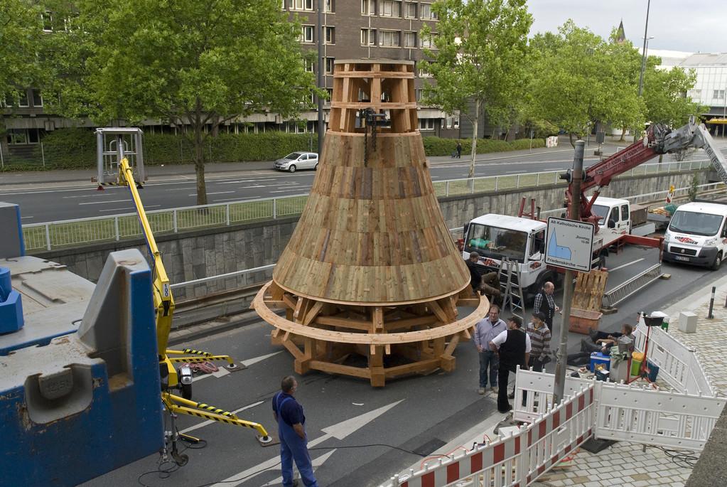 Der Kirchturm wurde auf der gesperrten Straße montiert