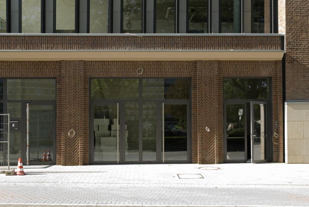Eingang mit rekonstruierter Fassade aus den 20er Jahren, Oktober 2009