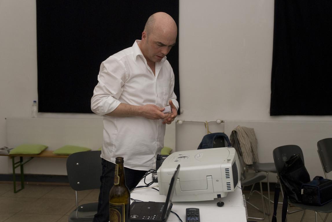 """Matthias Müller bei der Vorbereitung zum Film-Vortrag """"Ein diebisches Vergnügen"""", 2008"""