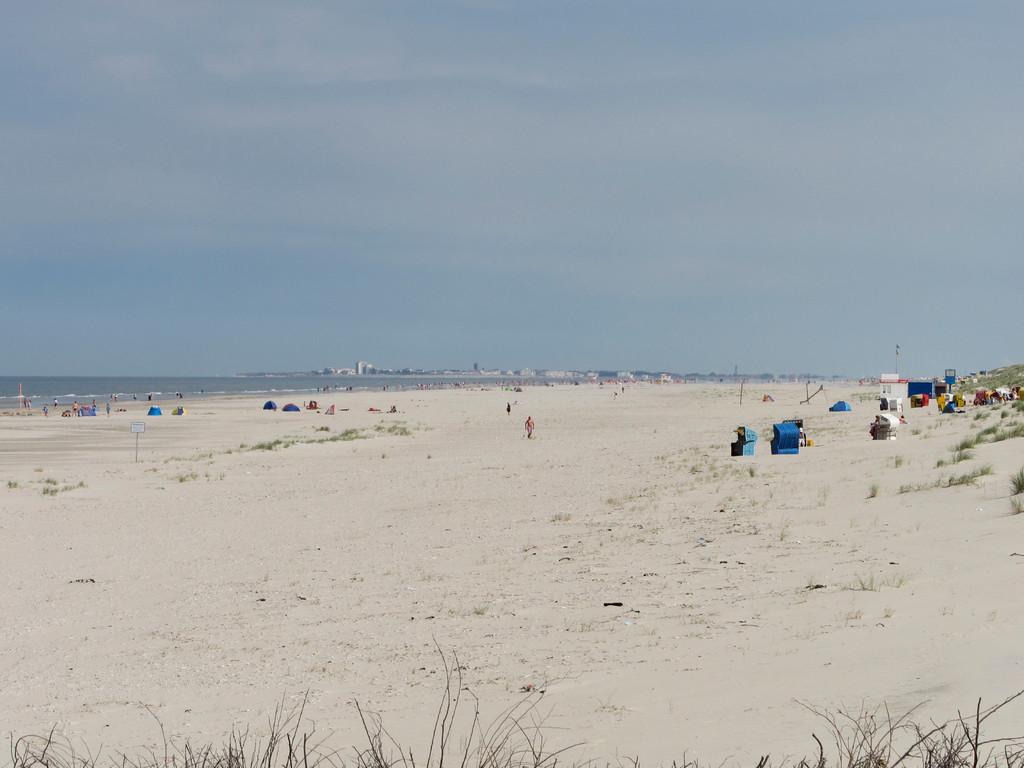 im Hintergrund ist die dichter bebaute Insel Norderney zu erkennen...
