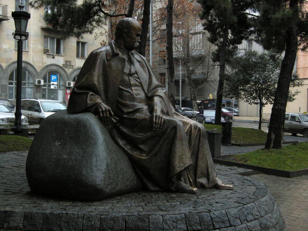 eines der vielen Denkmäler georgischer Dichter und Denker in Tiflis