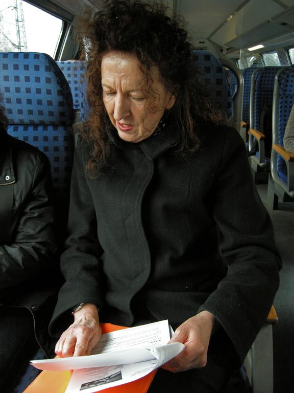 Doris beim Verteilen von Info-Texten zur Ausstellung