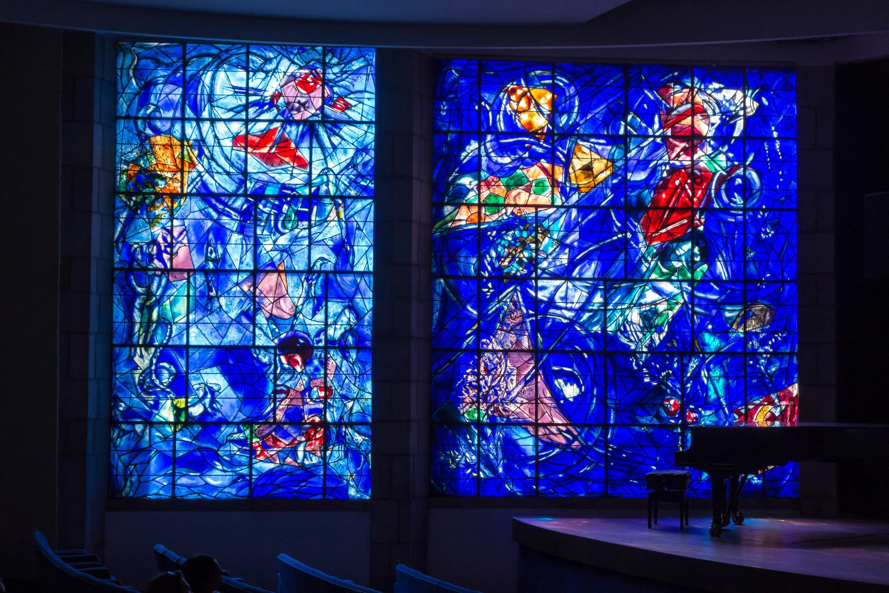 Die Erschaffung der Welt, Glasfenster im Konzertsaal des Museums