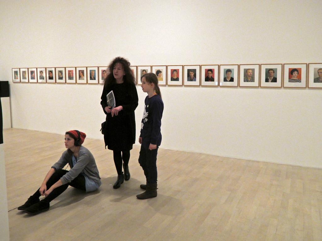 Im Hintergrund: Thomas Ruff, Porträts, 1984-1985