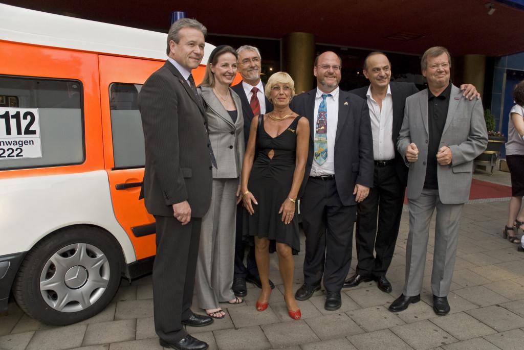 Gruppenfoto vor dem Krankenwagen