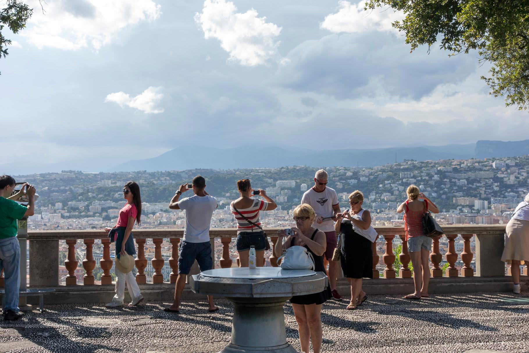 Touristen am Aussichtspunkt Colline du Chateau