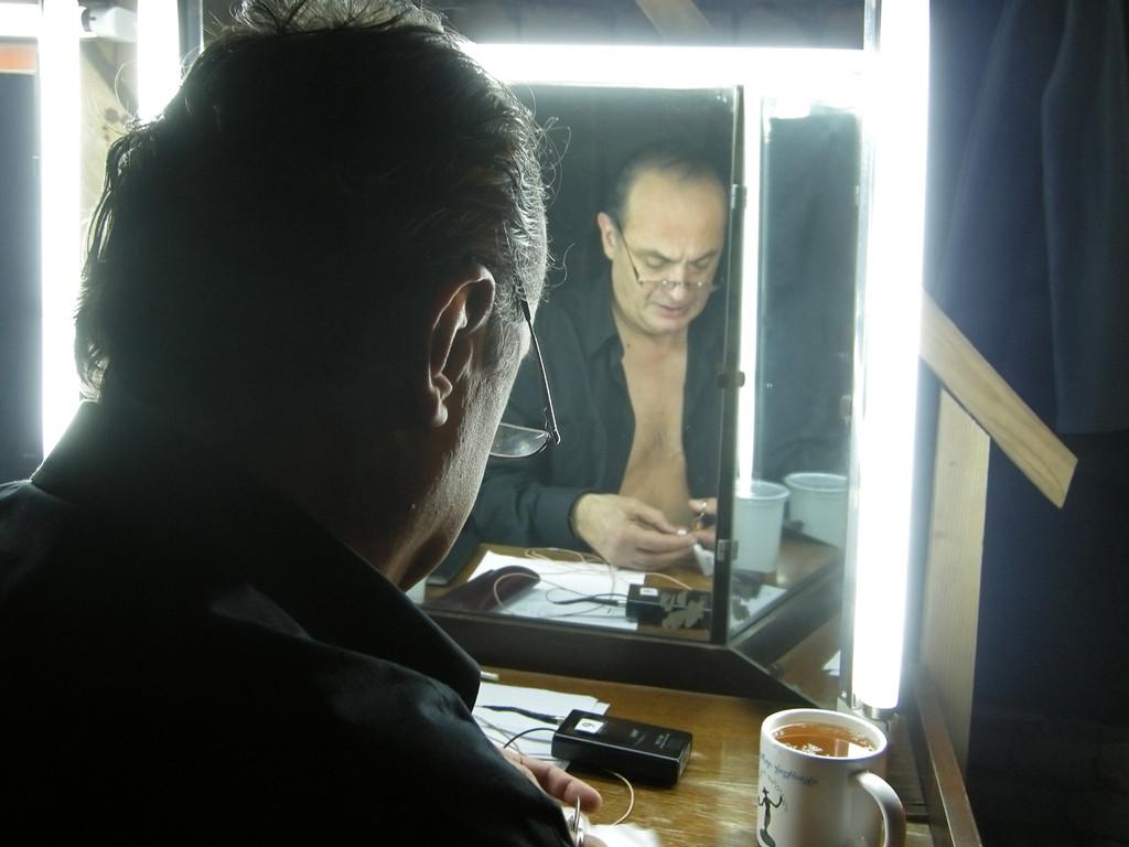 Rezo Tschchikwischwili in der Garderobe des Tbilisi Vaso Abdashidze Music and Drama State Theatre