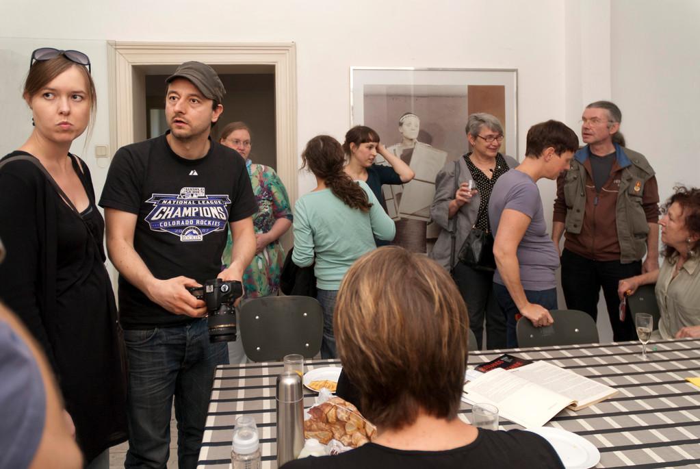 Gelegenheit zum Austausch mit den Künstlern in der Atelierwohnung von Doris Schöttler-Boll