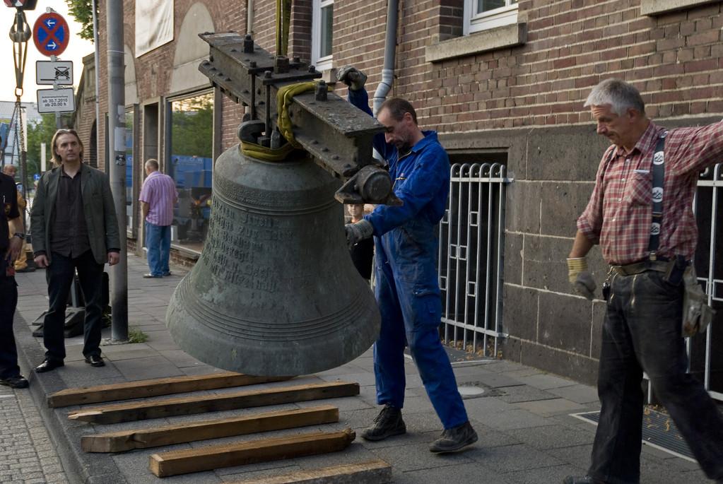 Aufstellung der Glocken auf dem Bürgersteig vor der Kirche