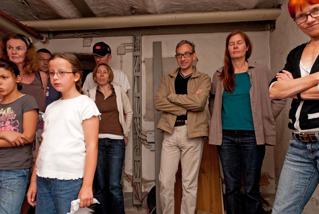 Zuschauer bei der Lichtperformance im Keller des Atelierhauses