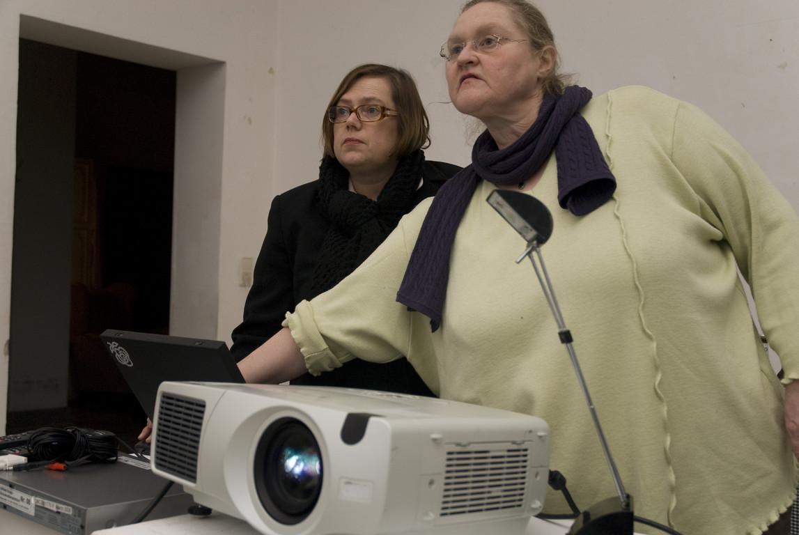 """Doris Krystof (Kuratorin K21), bei der Vorbereitung zum Kippenberger-Vortrag,  """"Alle sind willkommen! Jeder wird gebraucht! - Martin Kippenbergers Vision vom Happy End"""", 2008"""