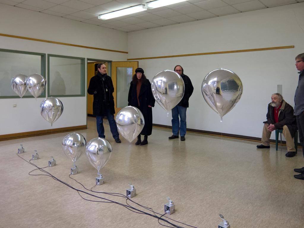 Katrin Wegemann, Aufsteigen 8, 2010, 8 Heliumballons, Elektromotoren