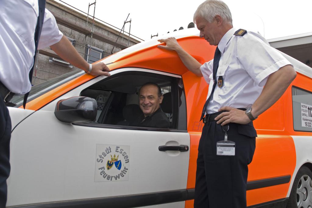 Rezo Tschchikwischwili nimmt den Krankenwagen symbolisch entgegen