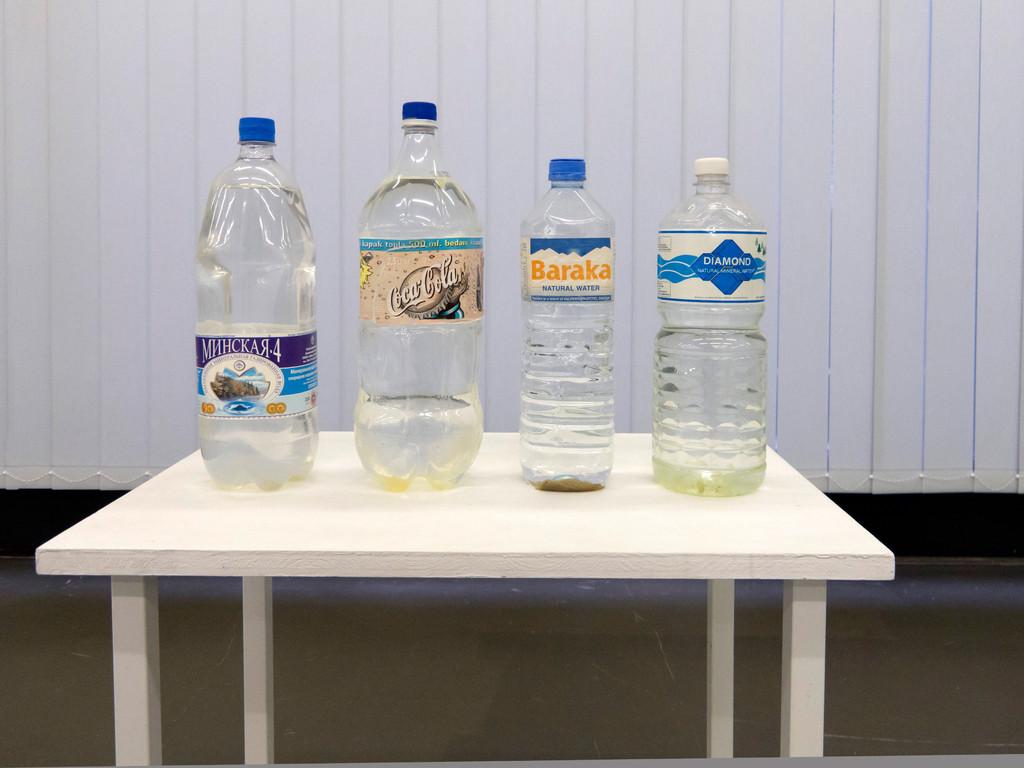 Kirsten Pieroth, Die Farbe der Meere, 2002, Plastikflaschen mit Wasserproben