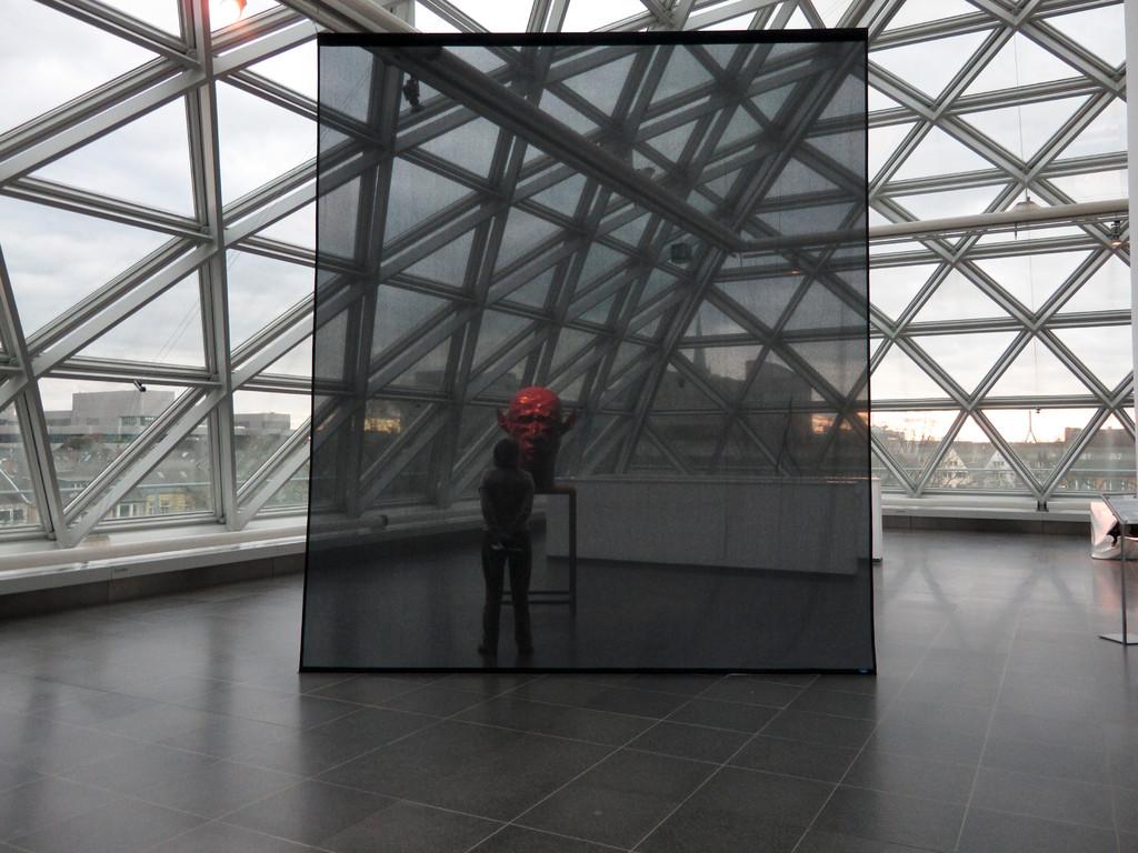 im Hintergrund: Roter Kopf, Thomas Schütte (2002)