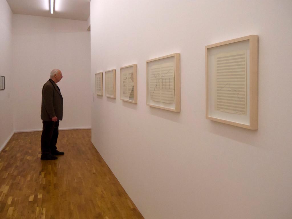 Blick in die Ausstellung mit Gerhard Rühm, aus der Serie Visuelle Musik, 1983