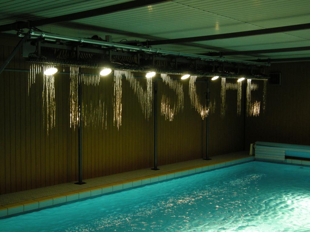 Julius Popp: Bit_fall im Schwimmbad eines Privathauses