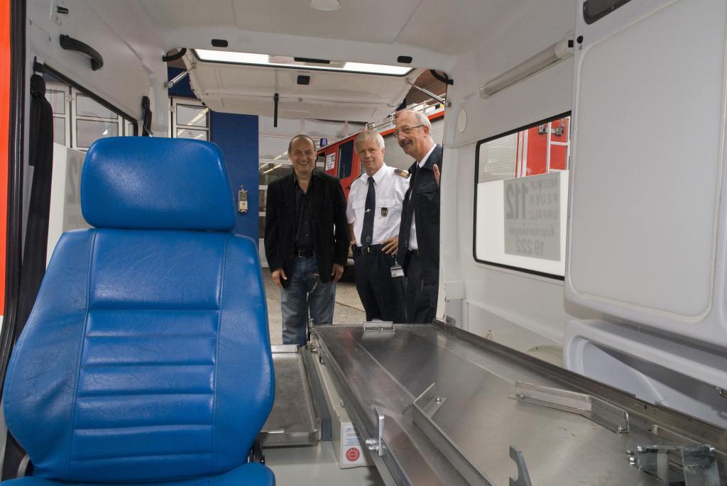 Besichtigung des Krankenwagens auf dem Gelände der Feuerwehr in Essen