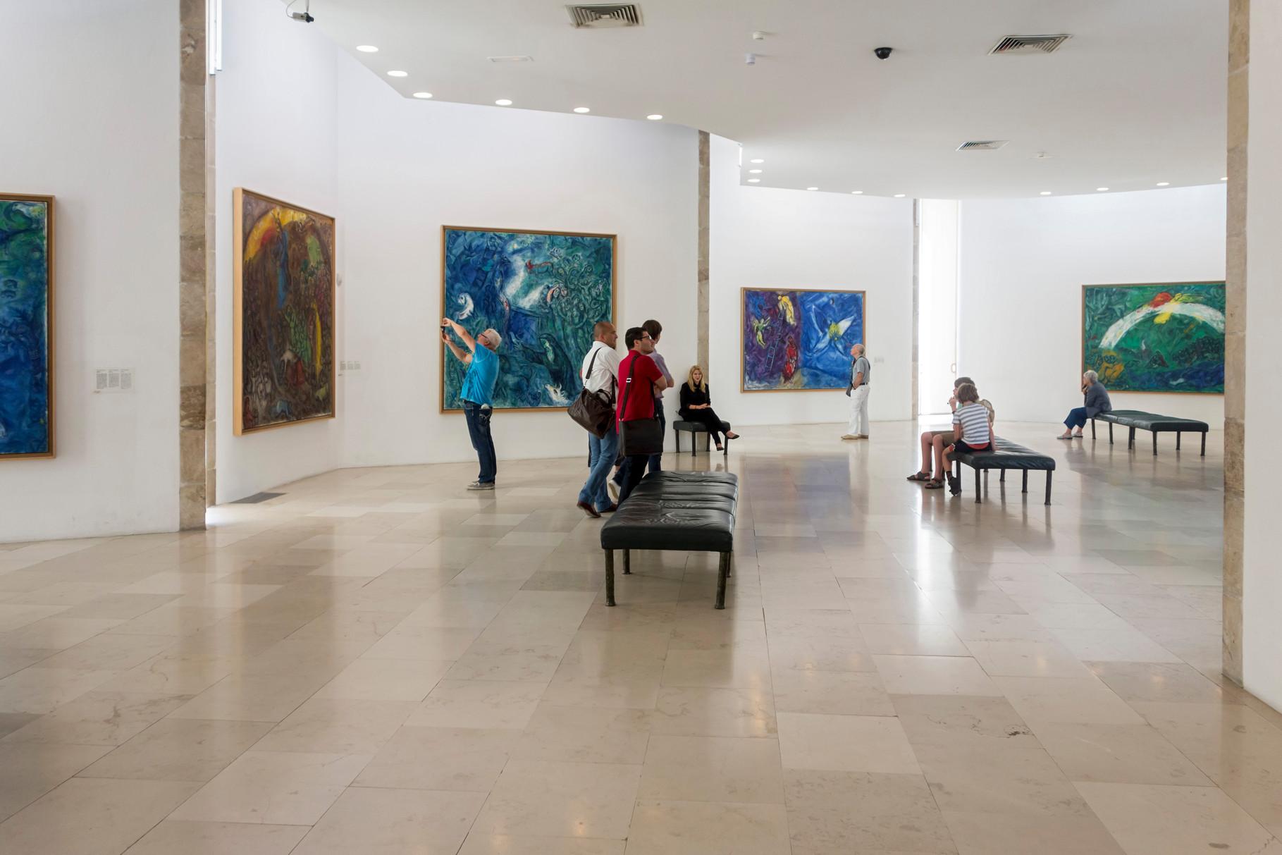 """Ausstellungsraum mit Chagalls Werk """"Biblische Botschaft"""" mit 17 großformatigen Gemälden"""