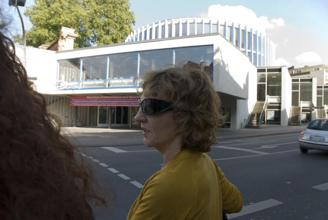Frau Ruhnau vor dem Stadttheater Münster
