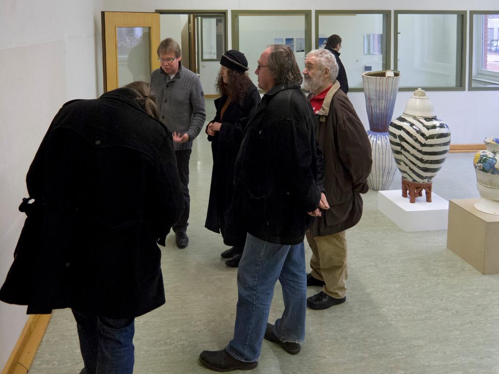 rechts: Johannes Nagel, Improvisorium, 2011, Vessels perhaps I, Ton gedreht, gegossen, montiert, gestapelt