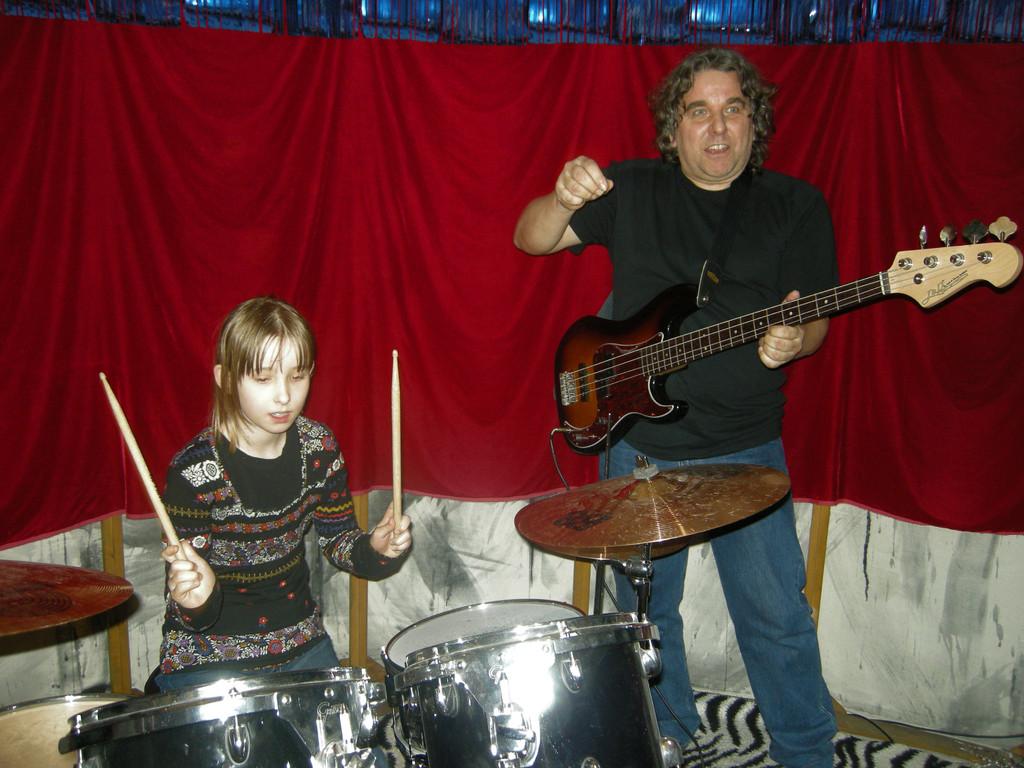 Reverse Karaoke Band: Kim Gordon (voc), Roger Helmig (git), Julia Schneider (dr), Erwin Wiemer (bass)