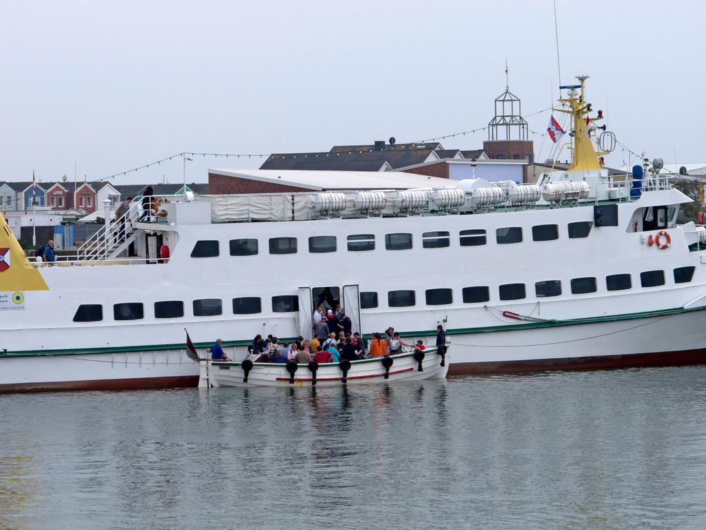 Touristen, die mit dem Schiff kommen, müssen zur Landung in ein Boot umsteigen