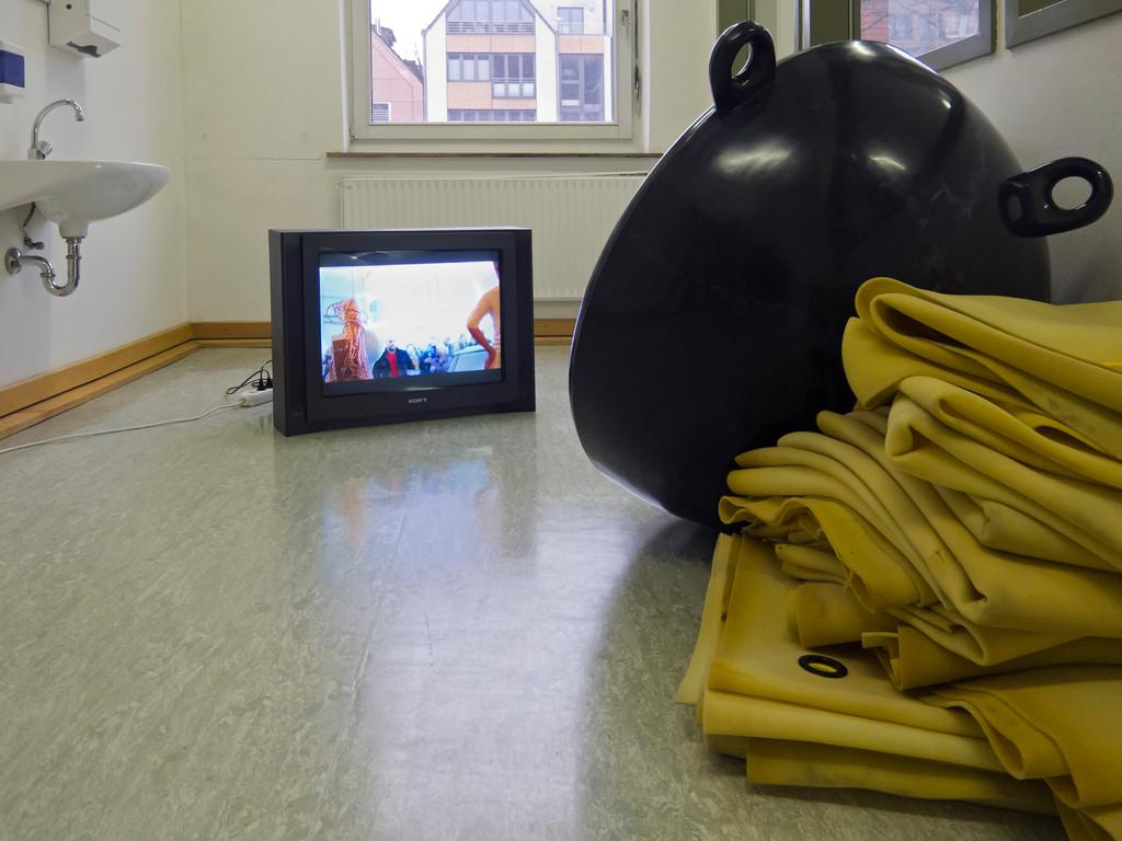 Elisabeth Rosenthal, Arbeitsurlaub, 2011, Luftmatratze, Metall, Lack, Fernseher, Video