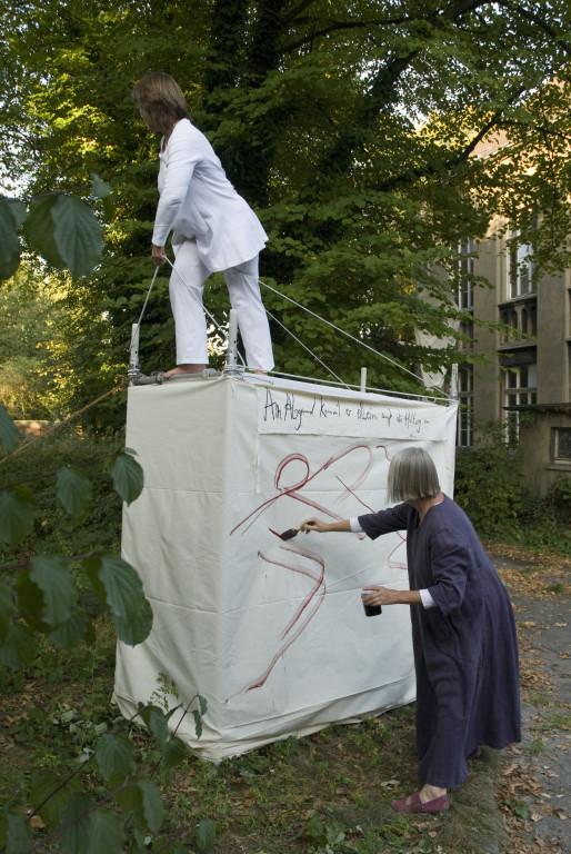 """Performance """"Über den Versuch der Kunst, den Himmel zu stürmen"""" von Edelgard Stryzewski-Dullien und Tina Lahl , 2009"""