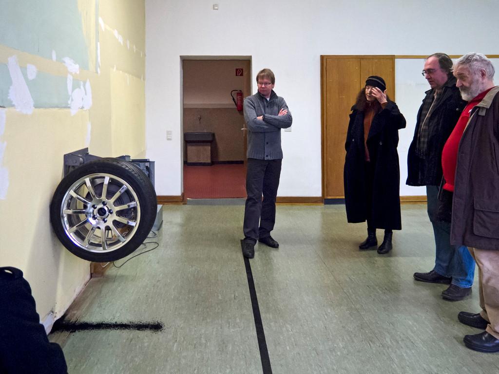 Michael Sailstorfer, Zeit ist keine Autobahn, 2010, Autoreifen, Stahl, Elektromotor