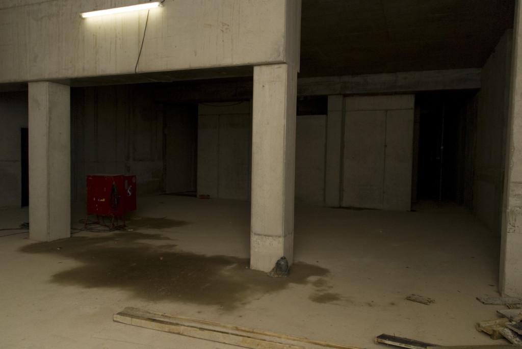 Links und rechts sind die Eingänge zum Kino, in der Mitte der künftige Projektionsraum und die Garderobe, Dezember 2008