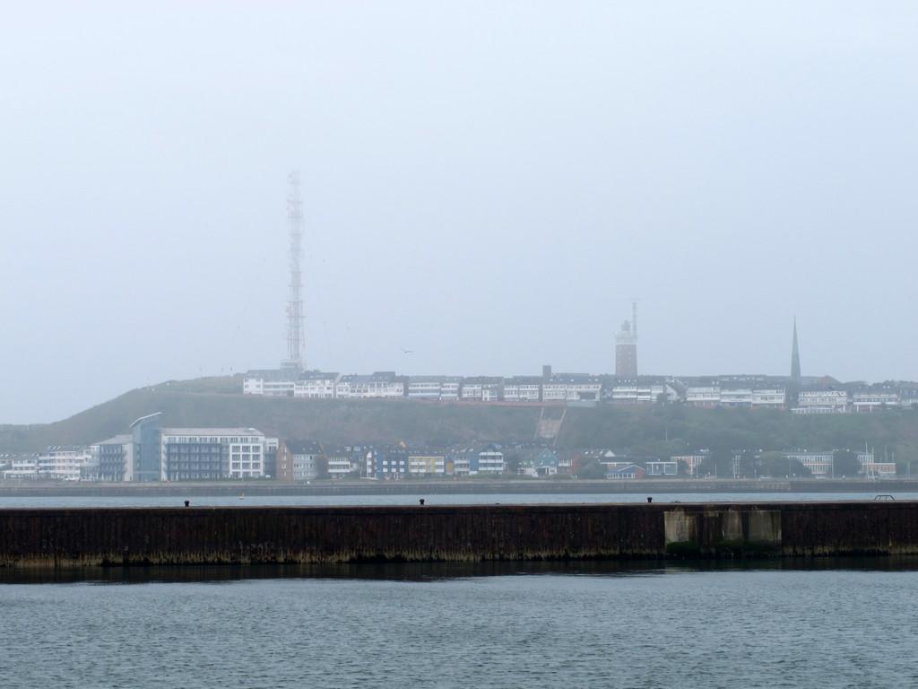 Die Hauptinsel von Helgoland von der Düne gesehen, wo sich der Flugplatz befindet