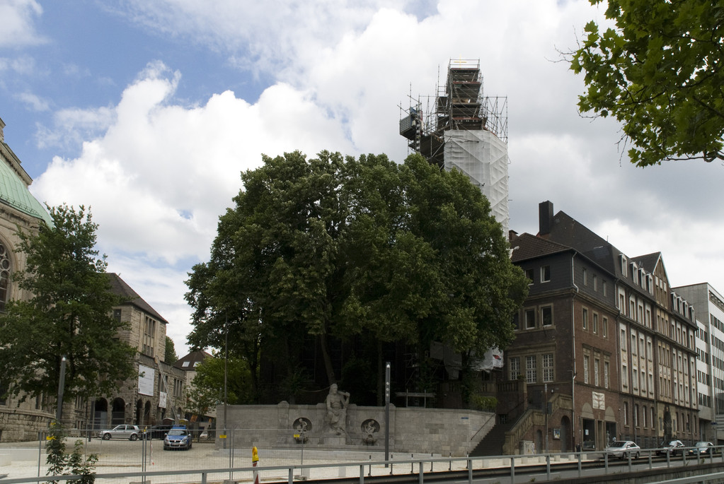 Ansicht mit eingerüsteter neuer Kirchturmspitze