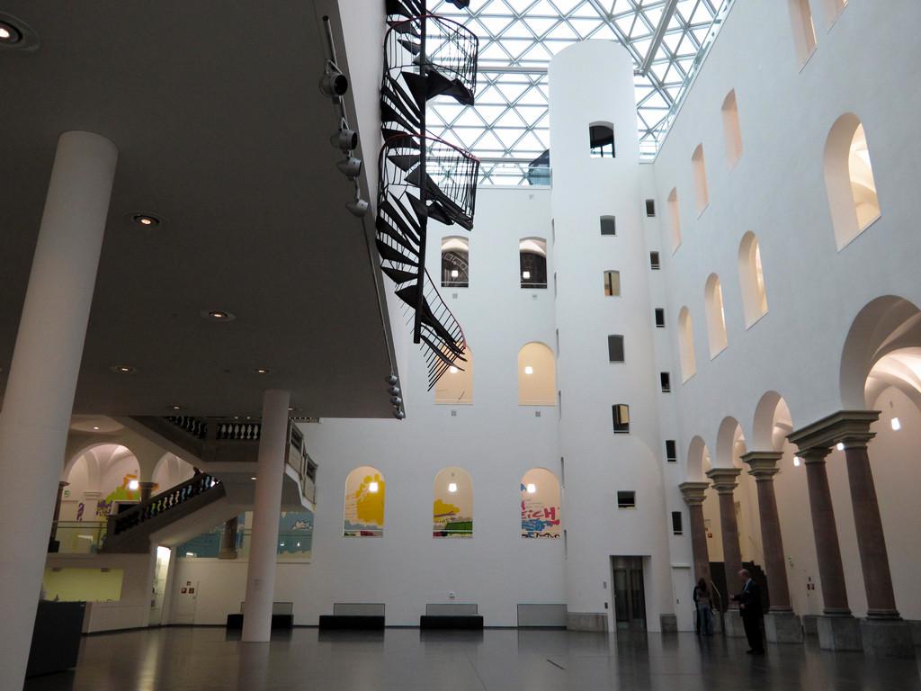 """K21 Lichthof  """"Die Treppe"""" von Monika Sosnowska (2010)"""