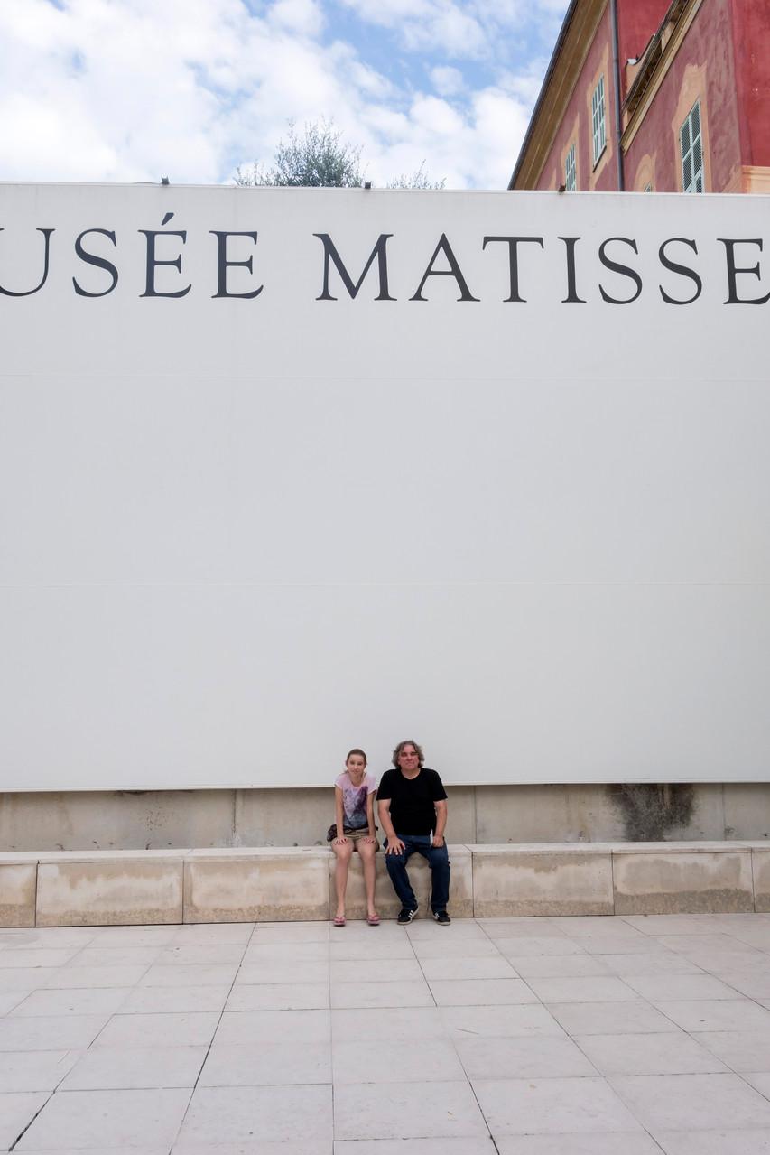 Meine Tochte und ich am Musée Matisse