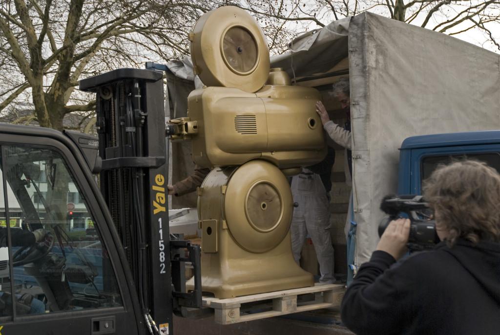 Der goldene Projektor wird geliefert, Dezember 2009