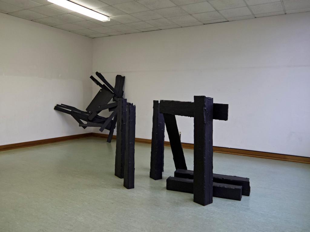 Janine Tobüren, Sculpture No. 7, 2011, Holz, Acrylfarbe(vorne) Corinthian III-D, 2010, Holz, Acrylfarbe (hinten)