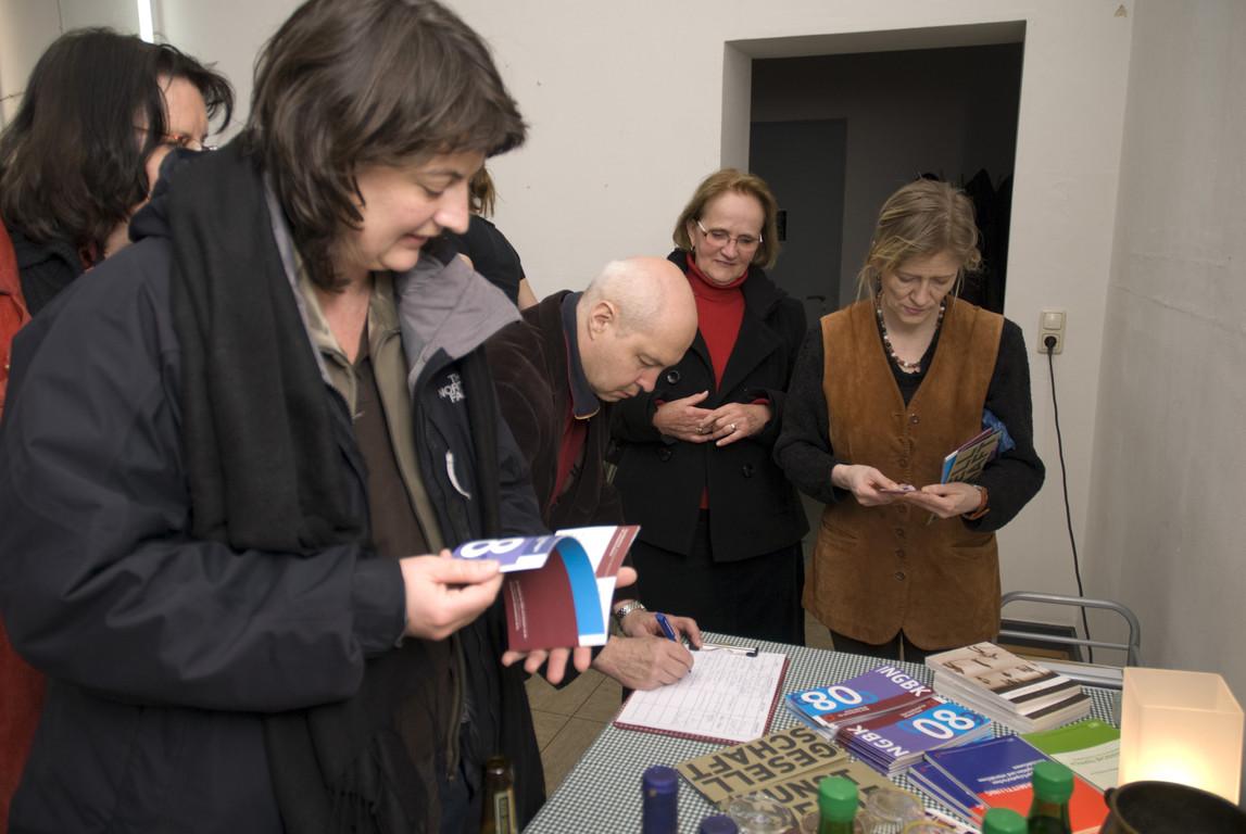 Büchertisch NGBK  Leonie Baumann