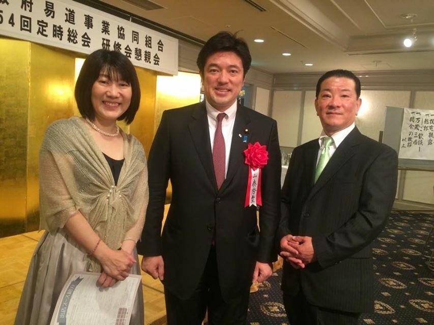 (左から)祐生奈々副理事長、中山泰秀先生、梅川泰輝理事長