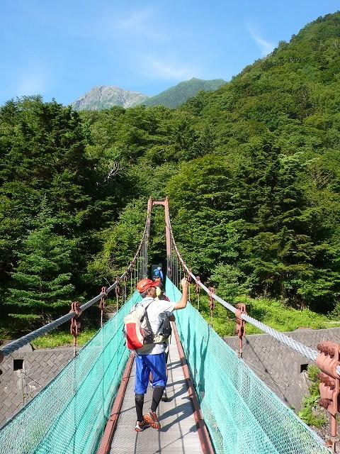 この吊り橋を渡ると登山道、こから登ります。