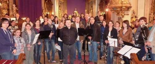 Das Klarinettenorchester mit seinem Dirigenten Mag. Joachim Celoud nach dem erfolgreichen Konzert in der Stadtpfarrkirche