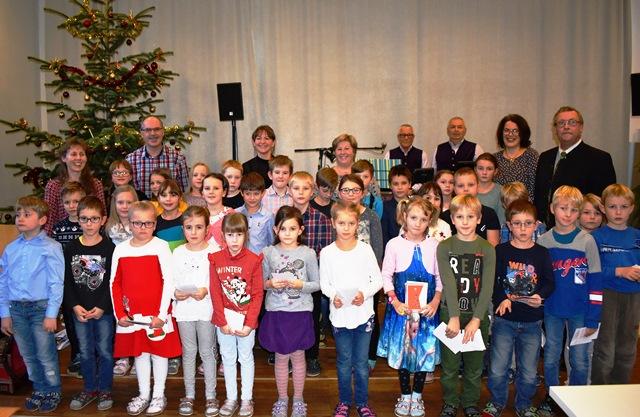 Kinder der Volksschule und Musikschule samt PädagogInnen, Bürgermeister und Musikern