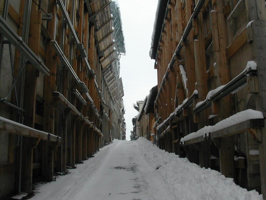 Febbraio 2012. L'Aquila, Via Garibaldi. Stretta nella morsa...... del gelo.