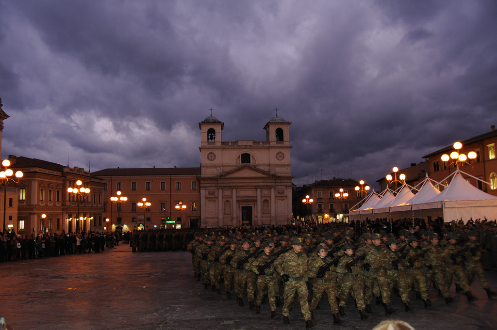 L'Aquila - Piazza Duomo, Truppe alpine in movimento.( 2008 )