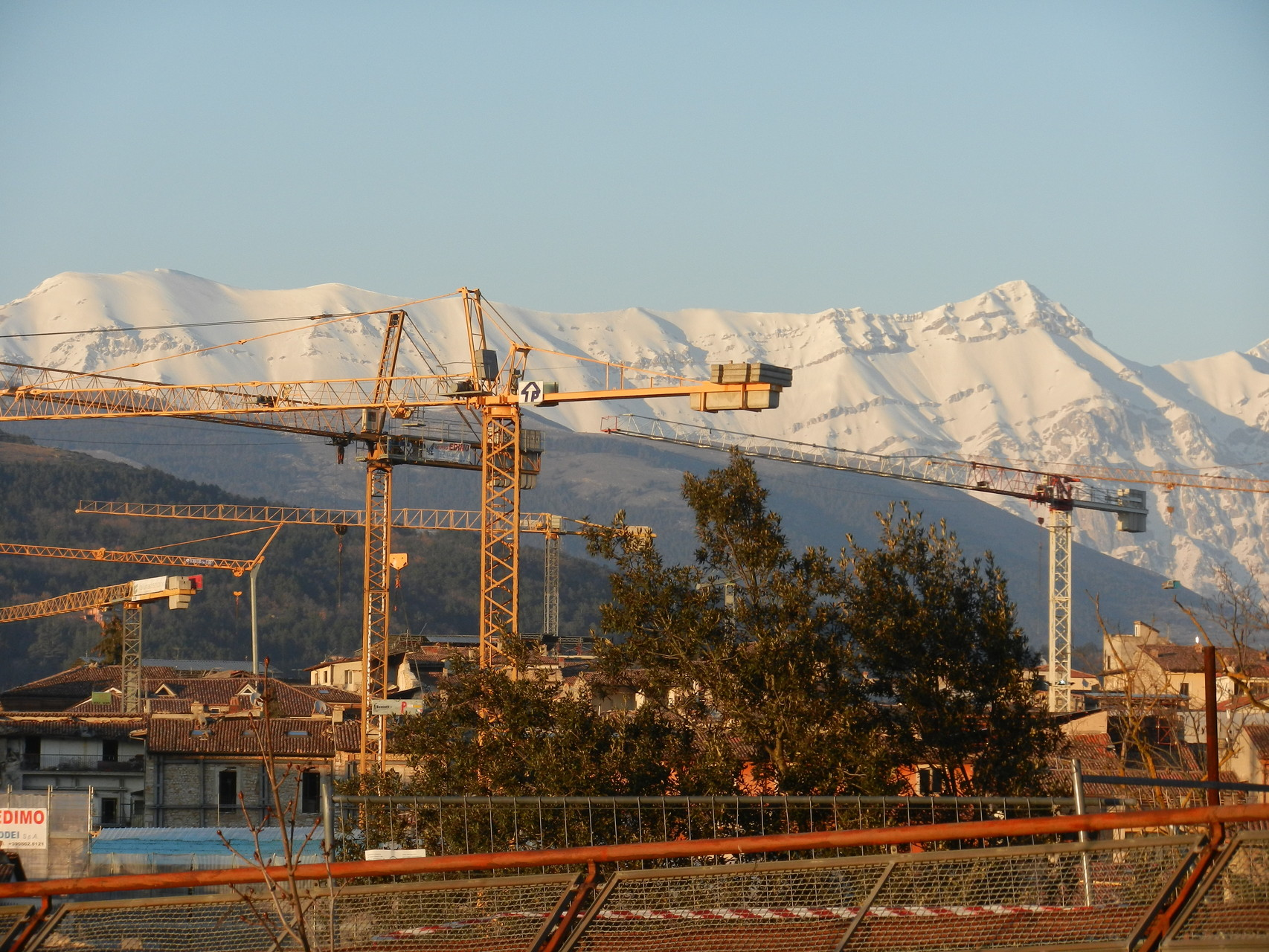 L'Aquila- Aprile 2014, Panorama con gru.