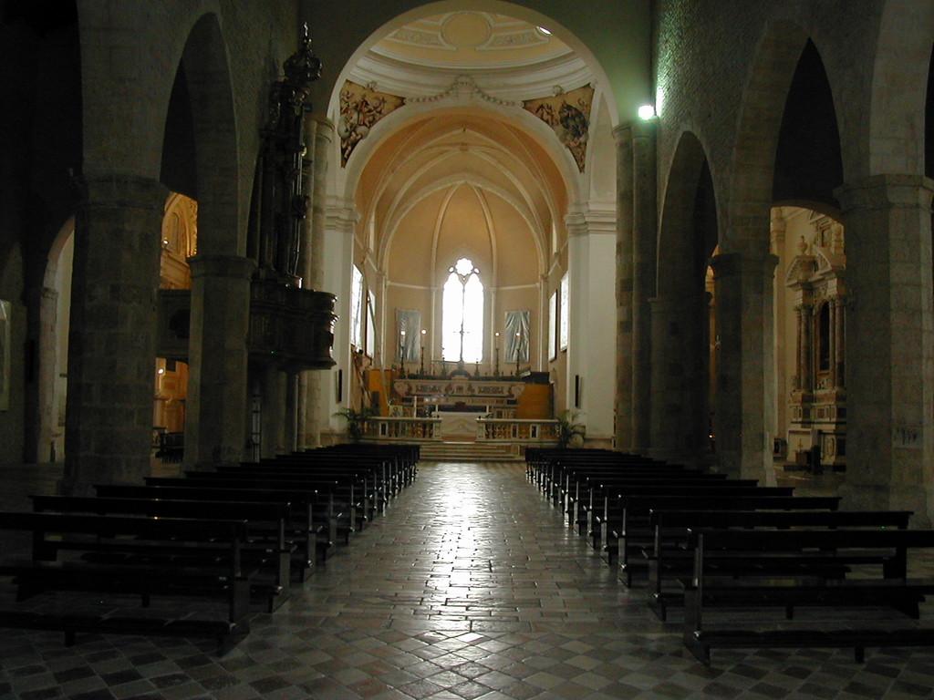L'Aquila - Basilica di S.Maria di Collemagio, Interno navata principale