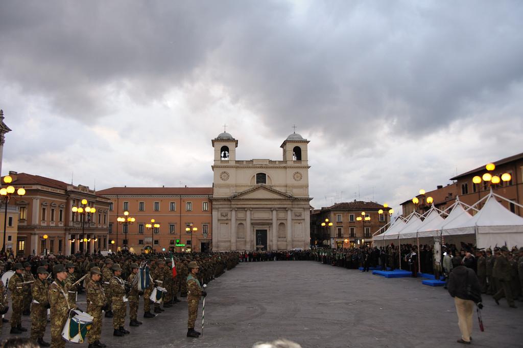 L'Aquila,Il IX Reggimento Alpini schierato in Piazza Duomo.( 2008 )